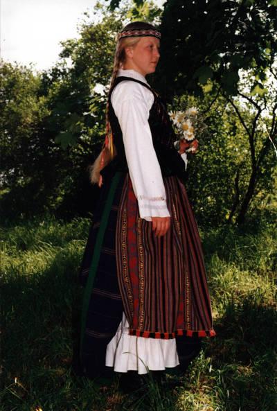 Arūnas Zalanskas. Zanavykės merginos tautinis kostiumas. D. ir Z. Kalesinskų liaudies amatų mokyklos pirmosios tekstilininkių laidos studentės Rasos Vilbikaitytės diplominis darbas. 1994-06-15