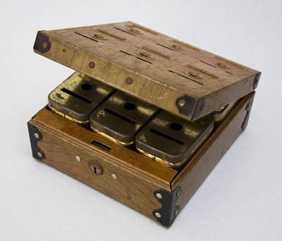 """Taupyklė, konteinerinė, metalinė, dėžutėje. """"HOME BUDGET BANK Patent No. 1716823 Tudor Metal Prod. Corp. New York, U.S.A."""". 1900"""