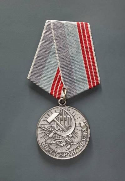 """S. A. Pomanskij. """"Darbo veterano"""" medalis. 1974"""