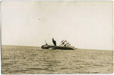 Nežinomas fotografas. Tristiebis burinis laivas skęsta. 1918