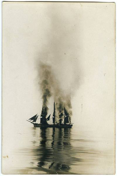 Nežinomas fotografas. Degantis barkas. 1918