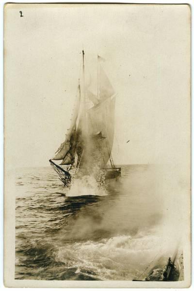 Nežinomas fotografas. Apšaudomas burinis laivas. 1918