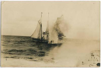 Nežinomas fotografas. Apšaudomas burlaivis. 1918