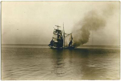 Nežinomas fotografas. Degantis dvistiebis burlaivis. 1918