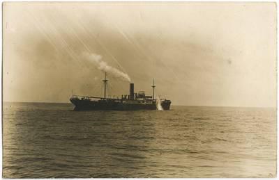 Nežinomas fotografas. Jūroje apšaudomas garlaivis. 1918