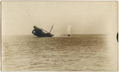 Nežinomas fotografas. Vandens paviršiuje – skęstančio garlaivio jutas. 1918