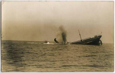 Nežinomas fotografas. Vandens paviršiuje – skęstančio garlaivio laivagalis. 1918