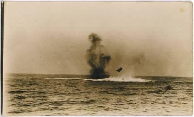 Nežinomas fotografas. Sprogimo sukeltas dūmų ir vandens stulpas laivo nuskendimo vietoje. 1918