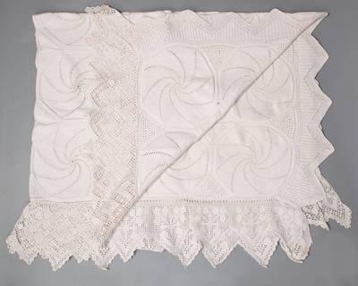 Eleonora Matušakienė. Lovatiesė, megzta virbalais iš aštuoniakampių segmentų su spiralės motyvu. 1940