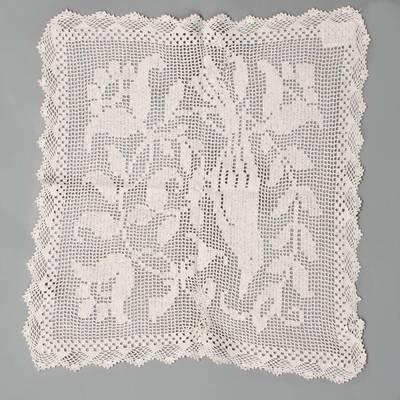 Nežinomas autorius. Staltiesėlė, nerta vąšeliu, su paukštelio tarp augalų šakelių su žiedais motyvu, kvadratinė. 1940