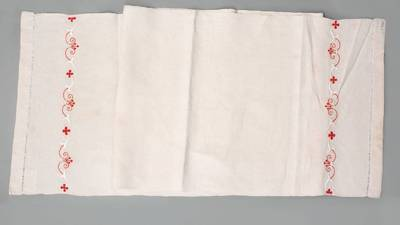 Nežinomas autorius. Rankšluostis su galuose siuvinėtu stilizuotų tulpių (varpelių), riesčių ir keturlapių žiedų (kryželių) motyvu. 1930