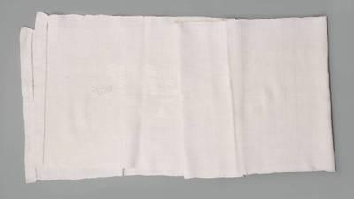 Nežinomas autorius. Rankšluostis su monograma ir galais, puoštais peltakiuotomis juostelėmis. 1930