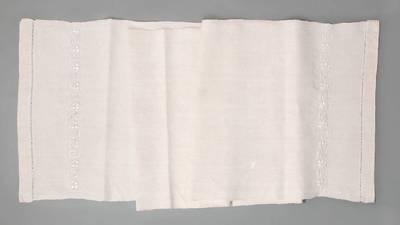 Nežinomas autorius. Rankšluostis su siuvinėtu trižiedžių tulpių ir supaprastinto meandro motyvu. 1930