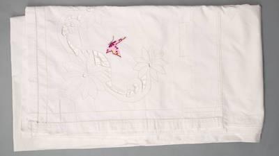 Nežinomas autorius. Užvalkalas antklodei su puošniu atlenkimu ir monograma. 1940