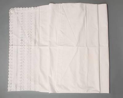 Užvalkalas antklodei su puošniu atlenkimu