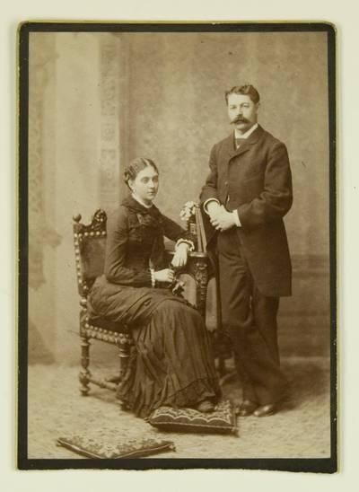 Kosakovskių šeimos archyvas. 7 : Ikonografija. - 1790-[1919]. 1504 : [Marijos Kosakovskytės ir jos sutuoktinio Vladimiro Chrapovickio grupinė nuotrauka]. - 188-