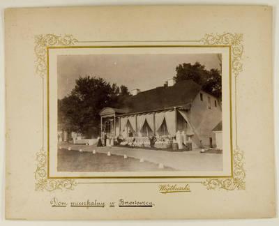 Kosakovskių šeimos archyvas. 7 : Ikonografija. - 1790-[1919]. 1560 : [Stanislovas Kazimieras Kosakovskis su namiškiais ir svečiais prie Didžiosios Berestovicos dvaro gyvenamojo namo]. - 189-