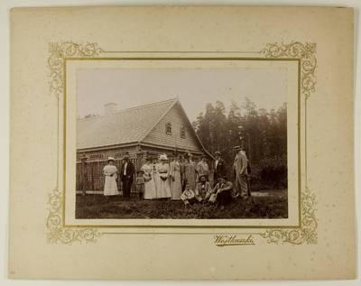 Kosakovskių šeimos archyvas. 7 : Ikonografija. - 1790-[1919]. 1571 : [Stanislovas Kazimieras Kosakovskis su šeimos nariais ir svečiais prie Vaitkuškio dvaro vasarnamio. - 1897