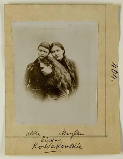Kosakovskių šeimos archyvas. 7 : Ikonografija. - 1790-[1919]. 1629 : [Paauglių Aleksandros, Marijos ir Sofijos Kosakovskyčių nuotrauka]. - 189-