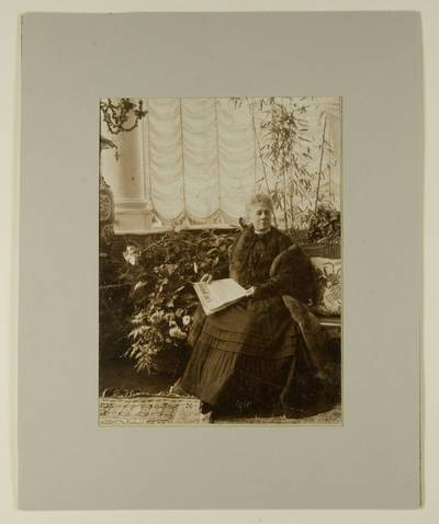 Kosakovskių šeimos archyvas. 7 : Ikonografija. - 1790-[1919]. 1644 : [Marija Sapiegaitė-Branickienė Branickių rūmų Biala Cerkvėje salone]. - 189-