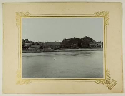 Kosakovskių šeimos archyvas. 7 : Ikonografija. - 1790-[1919]. 1766 : [Ukmergės miestelio nuo Šventosios upės kranto nuotrauka] / fotogr. Stanislovas Kazimieras Kosakovskis. - 1901