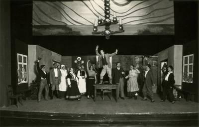 Valstybės teatro spektaklio nuotrauka. R. Blaumanis. SIUVĖJŲ DIENOS SILMAČIUOSE