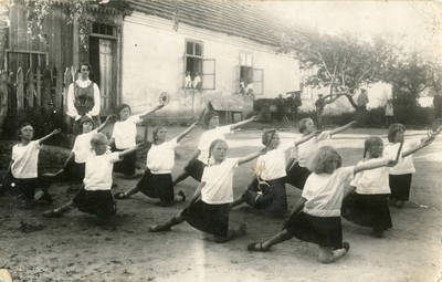 Mokytoja Marija Garmutė su mokiniais Prienuose. 1928