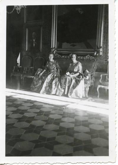 """Laimutė Graužinienė ir Eleonora Čarneckienė Romoje svečiuojasi pas grafus Pecci """"Carpineto Romano"""" pilyje. 1938-11-04"""