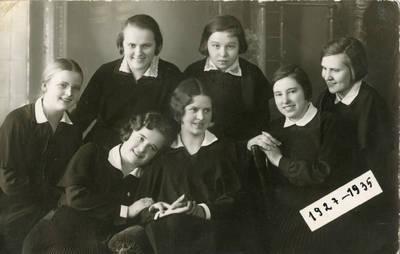 Danutė Valiukaitė su gimnazistėmis. 1935