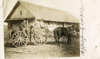 Nežinomas autorius. Vokiečių kareiviai lauko virtuvės keturračiame vežime. 1918