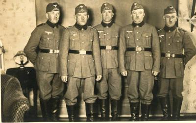 Nežinomas autorius. Grupė Vokietijos armijos karių Bischofsburge. 1940-03-14