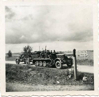 Nežinomas autorius. Vokietijos armijos karinis vilkikas su šarvuočių pabūklais vyksta į Rygą. 1941