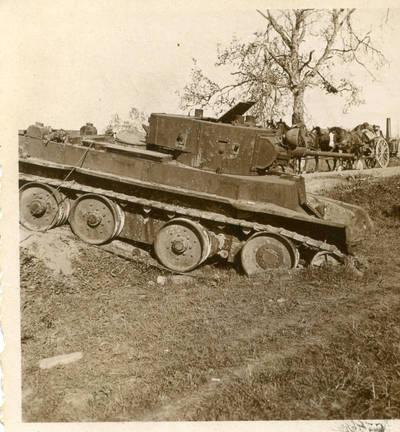 Nežinomas autorius. Antrojo pasaulinio karo Rytų frontas. Pamuštas rusų tankas. 1941