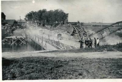 Nežinomas autorius. Atstatinėjamas sugriautas Taurogeno tiltas per Jūros upę prie Tauragės. 1941