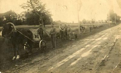 Nežinomas autorius. Lietuvos kariuomenės kariai tiesia telefono liniją Raguva–Traupis. 1923