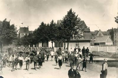 Nežinomas autorius. Lietuvos kariuomenės įgulos Klaipėdoje kariai su orkestru priešaky žygiuoja į pamaldas. 1925-05-15
