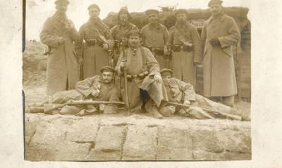 Nežinomas autorius. Vokietijos kariuomenės kariai fronte prie apkasų Pirmojo pasaulinio karo metu. 1915