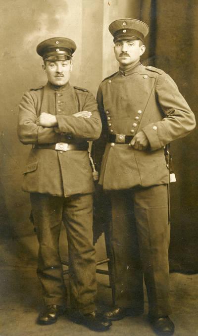 Nežinomas autorius. Willy Kiuhnast (dešinėje) iš Gropiškių kaimo, Klaipėdos apskritis. 1915