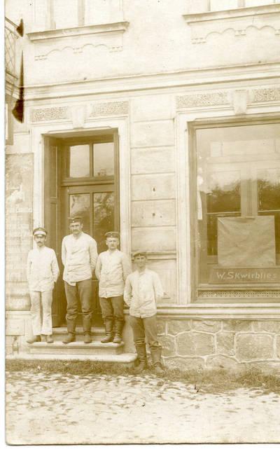 Nežinomas autorius. Pirmojo pasaulinio karo belaisviai – Rusijos kariuomenės kariai Priekulėje. 1916