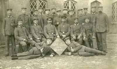 Nežinomas autorius. Grupė Vokietijos kariuomenės karių Beverlo (Belgija) kareivinių kieme. 1915