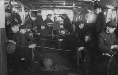 Nežinomas autorius. Karo laivo Prezidentas Smetona jūreiviai veja virves. 1939
