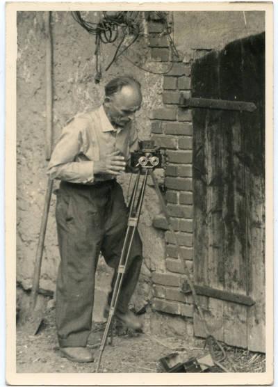 Nežinomas autorius. Fotografas mėgėjas Martynas Kavolis (1901–1978) fotografuoja savo sodyboje Diegliuose. 1967