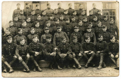 Nežinomas autorius. Ketvirtojo pėstininkų pulko Ryšių kuopos kariai po mokymo kursų prie kareivinių. 1926