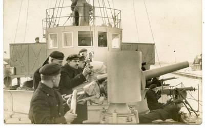 """Nežinomas autorius. Karo laivo """"Prezidentas Smetona""""  jūreiviai pratybų metu. 1940"""