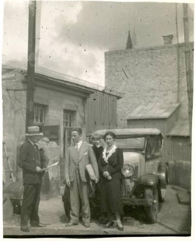 Nežinomas autorius. Dailininkas G. Bagdonavičius ir J. Staniulis su šeima. 1931