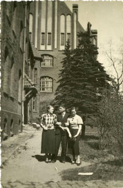 Nežinomas autorius. Studentai prie Respublikos Pedagoginio instituto Klaipėdoje. 1940