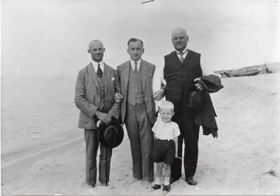Nežinomas autorius. Dailininkas Archibaldas Bajoratas vaikystėje su tėvu Wilhelmu Bajoratu (centre) Smiltynėje. 1926