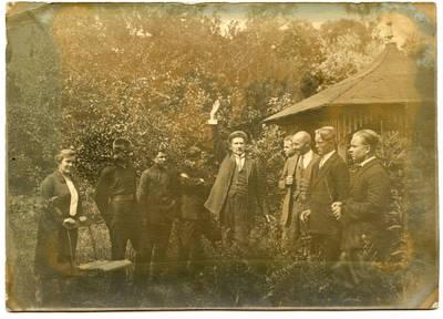Nežinomas autorius. Klaipėdos muzikos mokyklos (konservatorijos) dėstytojo prof. I. Prielgausko pamoka  Bachmano dvaro parke. 1926