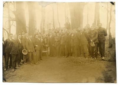 Nežinomas autorius. Klaipėdos muzikos mokyklos (konservatorijos) mokiniai Bachmano dvaro parke. 1926