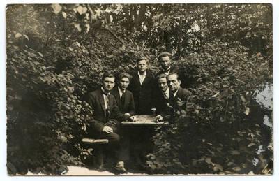 Nežinomas autorius. Klaipėdos muzikos mokyklos (konservatorijos) studentai Bachmano dvaro parke. 1927